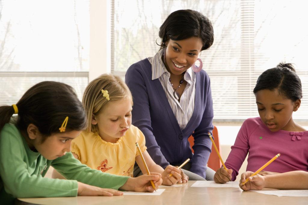 Enseignante avec élèves
